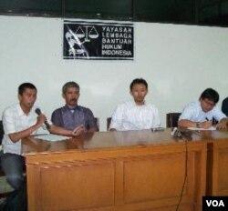 Peringatan 1 tahun Insiden Cikeusik, dari kiri: pendamping Ahmadiyah, Firdaus Mubarik, Muhammad Isnur (LBH Jakarta), Zaenal Abidin (Elsam), dan Abdul Kadir Wokubun.