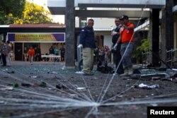 Tim forensik Polri memeriksa lokasi kejadian bom di sebuah gereja di Surabaya, Jawa Timur, 13 Mei 2018. (Foto: REUTERS/Sigit Pamungkas)