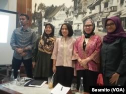 Ketua Departemen Pemberdayaan Perempuan Partai Golkar Puteri Anetta Komarudin bersama Titi Anggraini dan Edriana Noerdin saat berdiskusi di Jakarta, Selasa, 27 Agustus 2019. (Foto: VOA/Sasmito)