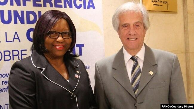 Bác sĩ Carissa Etienne, giám đốc Tổ chức Y tế Liên Mỹ (PAHO), trái, và Tổng thống Uruguay Tabare Vazquez.