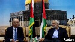 Nhà lãnh đạo tổ chức Hamas Ismail Haniyeh (phải) tiếp Thủ tướng Palestine Rami Hamdallah tại tư gia ở Gaza City, ngày 09/10/14.