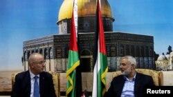 新成立的巴勒斯坦團結政府﹐星期四舉行了首次內閣會議。巴勒斯坦總理拉米哈馬達拉(左)。