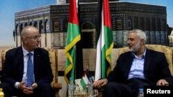 Ismaïl Haniyeh, leader du Hamas, à droite, discute avec le Premier ministre palestinien Rami Hamdallah à Gaza, le 9 octobre 2014.