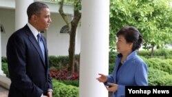 박근혜 대통령(오른쪽)과 바락 오바마 미국 대통령이 7일 백악관 정상회담을 마친뒤 백악관 경내에서 산책을 하며 담화하고 있다.