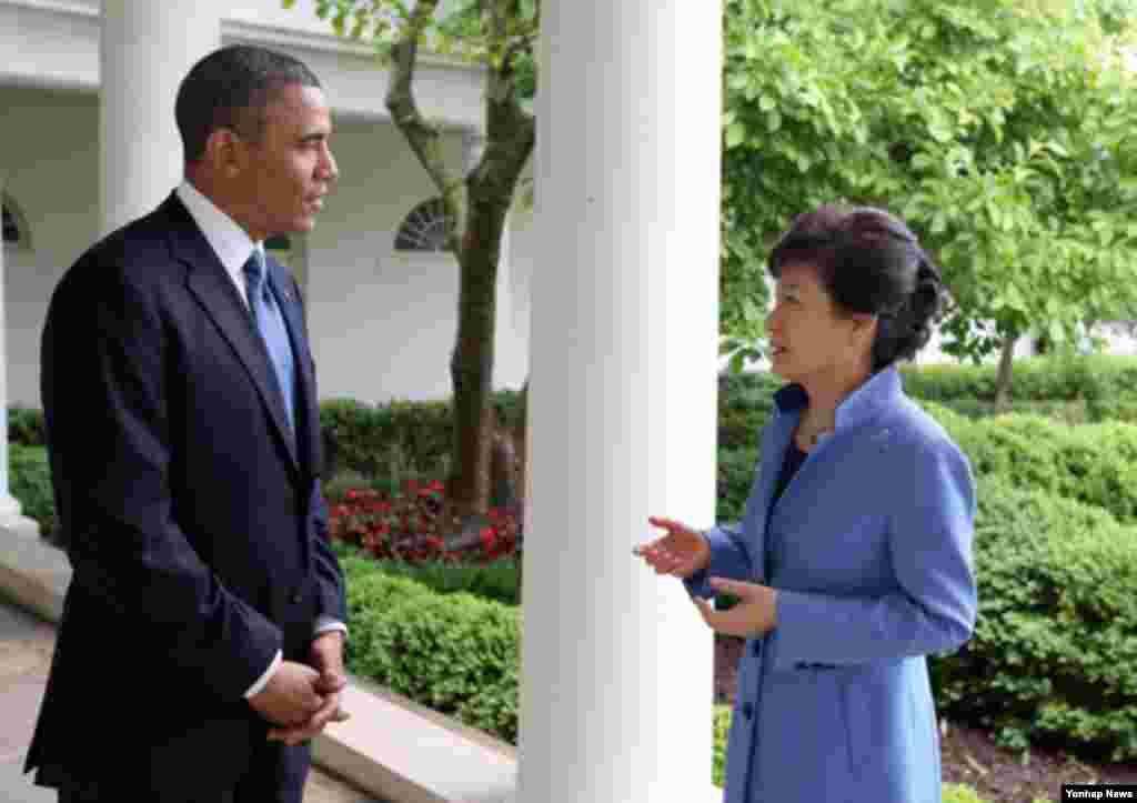 박근혜 대통령(오른쪽)과 바락 오바마 미국 대통령이 7일 백악관 정상회담을 마친뒤 백악관 경내에서 산책을 하며 이야기를 하고 있다.