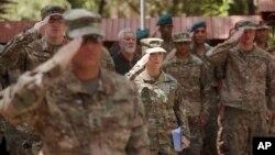 Tentara Amerika Serikat di markas besar Resolute Support di Kabul, Afghanistan, 15 Juli 2017. Keterlibatan AS di Perang Afghanistan yang sudah berlangsung 16 tahun memicu pembahasan perlu tidaknya mengganti tentara AS yang dikirim ke negeri itu dengan tentara bayaran. (Foto:dok)