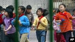 Học sinh trong giờ nghỉ ở một trường học tại Bắc Kinh, Trung Quốc.