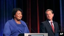 Kandida demokrat pou plas gouvènè nan Eta Jòji, Stacey Abrams (agoch) ki t ap fè deba avèk opozan repibliken li a, Brian Kemp, nan vil Atlanta, 23 oktòb 2018.
