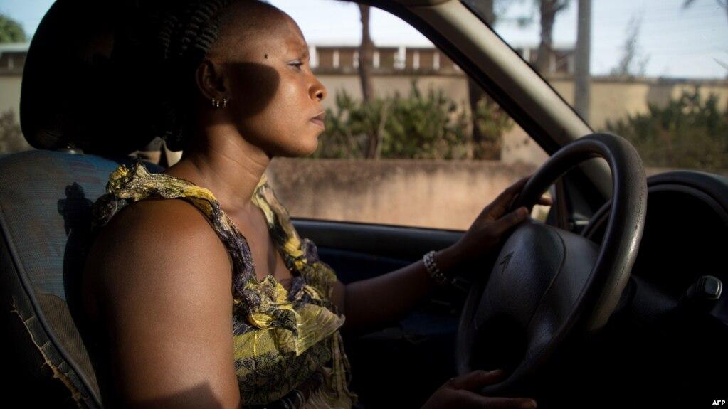 Bibata Gansgne, conductrice de taxi dans Ouagadougou, le 1er mai 2018.