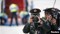 주요20개국(G20) 정상회의에 참석하는 세계각국 지도자들이 도착하는 중국 항저우 공항에서 2일 인민해방군 병사들이 사진 촬영을 하고있다.