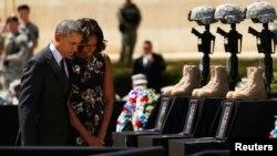 El presidente Barack Obama y su esposa Michelle, rinden homenaje a oficiales víctimas de un tiroteo en Fort Hood, tal y como lo hicieron en otro incidente similar en 2009.