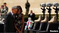 Presiden AS Barack Obama dan ibu negara Michelle Obama memberikan penghormatan terakhir bagi para korban penembakan di Fort Hood, Killeen, Texas (9/4).