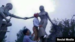 Ảnh chụp trên Facebook cho thấy một người đàn ông hôn tượng nàng Biang.