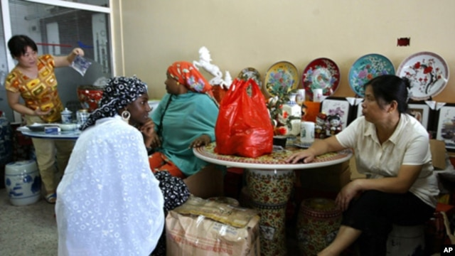 Chinese woman talk business  with local women at a shop in Lagos, Nigeria, June 16, 2007. (file photo)