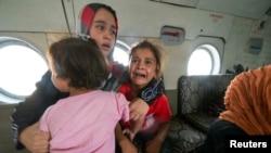 Seorang perempuan dan anak-anak di helikopter militer setelah dievakuasi oleh pasukan Irak dari Amerli, Baghdad utara, 29 Agustus 2014.