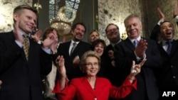 Washington eyaleti valisi Chris Gregoire eşcinsel evlilik yasasını imzalarken