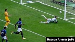 Golman Australije Metju Rajan na zemlji posle neupešnog pokušaja da zaustavi šut francuskog reprezentativca Pola Pogbe u prvoj utakmici grupe C Svetskog kupa u Rusiji (Foto: AP/Hassan Ammar)