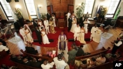 The Rev. Herbert Daughtry, center, officiates over a mass wedding at the House of Lord Church, New York (File Photo)