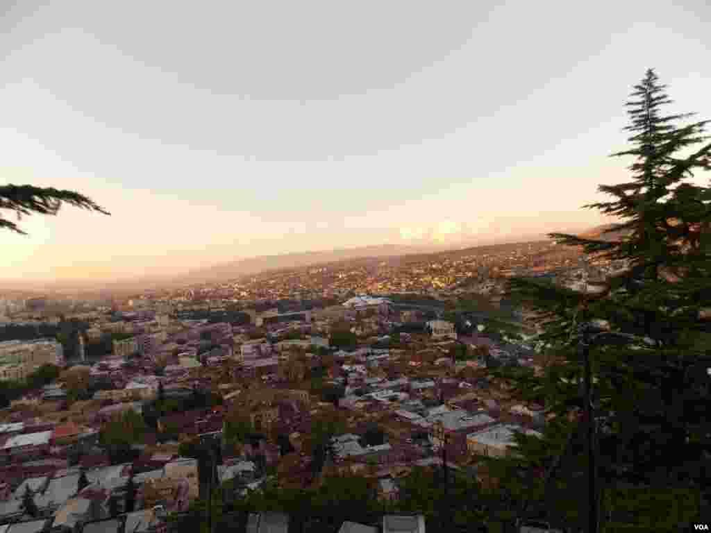 Вид на Тбилиси с вершины холма Сололаки