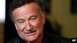 """FILE- Cast member Robin Williams arrives at the premiere of """"World's Greatest Dad"""" in Los Angeles, Aug. 13, 2009."""