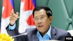 """FILE-Prime Minister Hun Sen addresses environmental activists during the first national forum on """"Protection and Conservation of Natural Resources,"""" on Monday, August 22, 2016 at Peace Palace in Phnom Penh. (Leng Len/VOA Khmer)"""