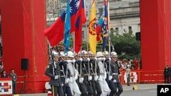台灣百年慶典上三軍儀仗隊舉著的國旗等旗幟