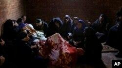 埃及妇女在教堂里哀悼被伊斯兰国组织杀害的埃及人