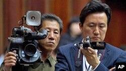 """Theo giáo sư Vương Ðông, việc Bắc Triều Tiên mời nhiều nhà báo nước ngoài tới Bình Nhưỡng khiến cho họ khó lòng thực hiện ý đồ mà ông gọi là """"lường gạt cả thế giới."""""""