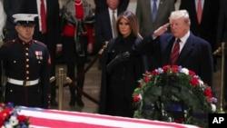 美国总统特朗普和第一夫人梅拉尼娅在国会大厦圆形大厅向前总统乔治H.W.布什的灵柩致敬。(2018年12月3日)