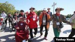 지난해 9월 서울 월드컵공원 내 평화의 공원에서 열린 '치매극복 걷기대회'에 참가한 어르신들이 공원을 걷고 있다.