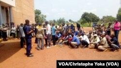 Des agents de santé affectés à la riposte contre Ebola lors d'un sit-in à Mbandaka, province de l'Équateur, RDC, 12 août 2020. (VOA/Christophe Yoka)