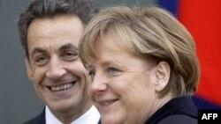 Tổng thống Pháp Nicolas Sarkozy, trái, chào đón Thủ tướng Đức Angela Merkel trước cuộc họp của họ tại điện Elysee, Paris, 5/12/2011