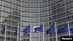 Bendera Uni Eropa terlihat di luar markas Komisi Eropa di Brussels (Foto: dok). Uni Eropa akan meninjau kembali hubungannya dengan Mesir, menyusul kekerasan yang berlangsung di wilayah tersebut.