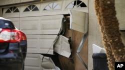 Cochera de la casa de Enrique Márquez en Riverside, California, la cual ha sido allanada varias veces por la policía.