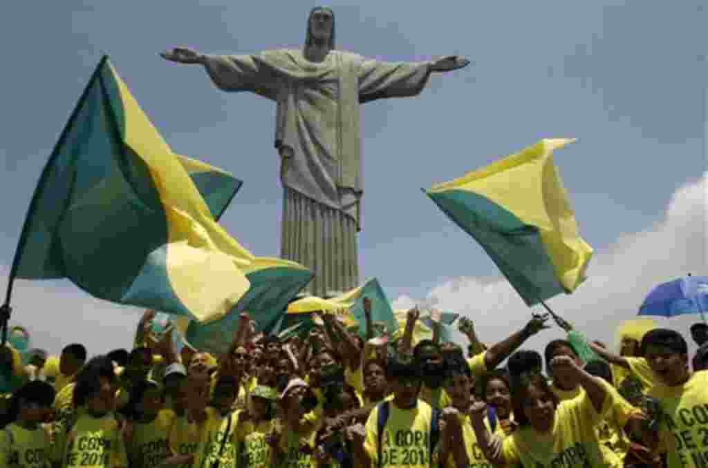 Aficionados del fútbol se reúnen en el Cristo Redentor para celebrar que Brasil fue escogido por la FIFA como sede de la Copa Mundial de 2014.