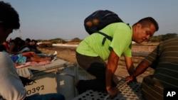 Meksikadan poyezd ustida AQSh chegarasiga ketayotgan markaziy amerikalik migrantlar