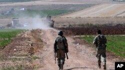 شام کی سرحد پر گشت کرتے ترک فوجی (فائل فوٹو)