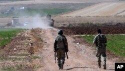 Lính Thổ Nhĩ Kỳ tuần tra gần biên giới với Syria, bên ngoài làng Elbeyli, phía đông thị trấn Kilis, đông nam Thổ Nhĩ Kỳ.