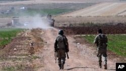 Tentara Turki melakukan patroli di desa Elbeyli, dekat kota Kilis, Turki selatan (foto: dok).
