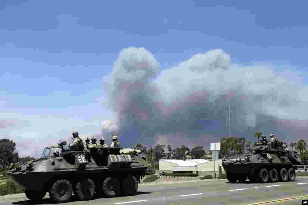 Infantes de marina mueven vehículos militares cerca de la base militar.