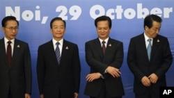 동아시아 정상회담 참석차 베트남을 방문 중인 한국 이명박 대통령(맨 왼쪽), 원자바오 중국 총리(왼쪽에서 두번째), 간 나오토 일본 총리(맨 오른쪽)