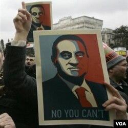 """Demonstrasi menentang Mubarak juga berlangsung di Masjid Beyazit, di Istanbul Jumat (4/2). Demonstran Turki membawa poster membalikkan slogan Presiden Obama: """"Yes, We Can""""."""