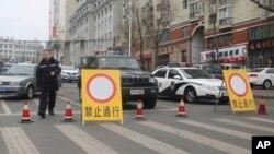资料照片 - 中国警察为应对讨薪的矿工封锁双鸭山街道