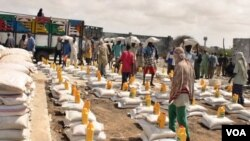 Para petugas PBB di Mogadishu menyiapkan bahan pangan yang hendak dibagikan di kawasan Tanduk Afrika (26/7).