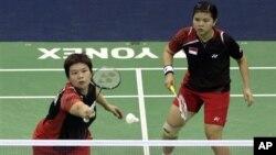 Pemain ganda puteri Indonesia Meiliana Jauhari (kiri) dan Greysia Polii didiskualifikasi dari olimpiade akibat bermain tidak sportif saat melawan pasangan Korea Selatan hari Selasa (31/7).