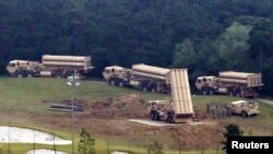 Componentes adicionales del Sistema Terminal de Defensa Aérea a Gran Altitud (THAAD por sus siglas en inglés) llegan a Seongju, Corea del Sur el 7 de septiembre de 2017.