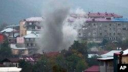 Asap tampak mengepul di Stepanakert, wilayah separatis Nagorno-Karabakh, akibat serangan artileri oleh pasukan Azerbaijan (4/11).