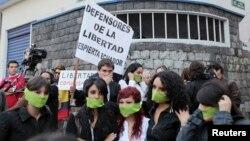 Decenas de estudiantes protestan luego que el gobierno suspendiera el canal Teleamazonas en Quito.