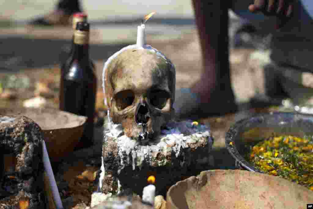 Tengkorak manusia diletakkan di atas betonsaat ritual Voodoo pada perayaan 'Hari Kematian' di Port-au-Prince, Haiti.