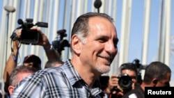 El agente cubano de la Red Avispa, René González habla con la prensa en las afueras de la Sección de Intereses de Estados Unidos en La Habana.
